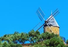 Molino histórico en la bahía de Collioure, al sur de Francia Imagen de archivo libre de regalías