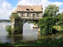 Molino viejo en el puente en el Sena en Vernon foto de archivo