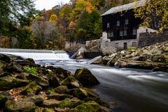 Molino y cascada históricos en otoño - parque de estado del molino del ` s de McConnell, Pennsylvania del ` s de McConnell foto de archivo