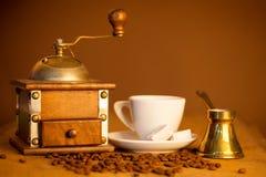 Molino, y otros accesorios para el café en un antiguo Fotos de archivo