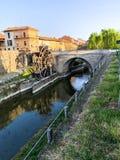 Molino y puente de madera en el canal Martesana Milán Italia foto de archivo