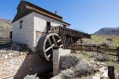 Molino y rueda hidráulica de la era del pionero de Estados Unidos Imágenes de archivo libres de regalías