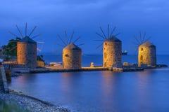 Molinoes de viento antiguos de Quíos en la noche Imagenes de archivo