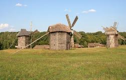 Molinoes de viento antiguos en el campo Fotografía de archivo