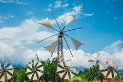 Molinoes de viento antiguos en la meseta de Lasithi crete fotos de archivo