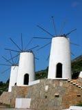 Molinoes de viento blancos en la isla Crete en Grecia foto de archivo