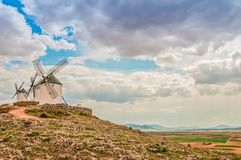 Molinoes de viento blancos tradicionales en Consuegra, España Fotografía de archivo