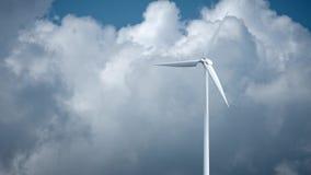 Molinoes de viento con el cielo azul en la representación del fondo 3d almacen de metraje de vídeo