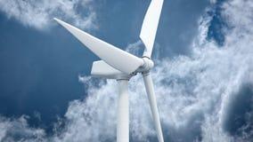 Molinoes de viento con el cielo azul en la representación del fondo 3d almacen de video