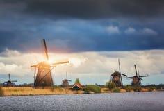 Molinoes de viento contra el cielo nublado en la puesta del sol en Kinderdijk, Netherland Imágenes de archivo libres de regalías