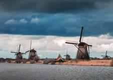 Molinoes de viento contra el cielo nublado en la puesta del sol en Kinderdijk, Netherland Imagen de archivo