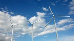 Molinoes de viento contra las nubes del lapso de tiempo stock de ilustración