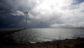 Molinoes de viento de la costa costa Imagen de archivo