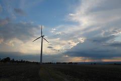 Molinoes de viento de la tarde foto de archivo