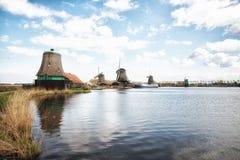Molinoes de viento de madera viejos holandeses tradicionales en Zaanse Schans - museo Fotografía de archivo