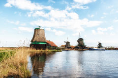 Molinoes de viento de madera viejos holandeses tradicionales en Zaanse Schans - museo Fotos de archivo