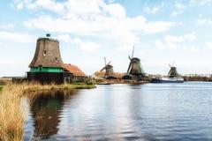 Molinoes de viento de madera viejos holandeses tradicionales en Zaanse Schans - museo Foto de archivo