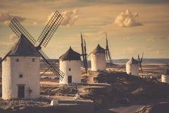 Molinoes de viento de Don Quijote Cosuegra, España fotografía de archivo