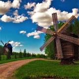 Molinoes de viento en campo Imagenes de archivo