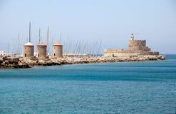 Molinoes de viento en el puerto de Rodas Imagen de archivo libre de regalías
