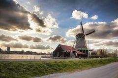 Molinoes de viento en Holanda con el canal Imagenes de archivo
