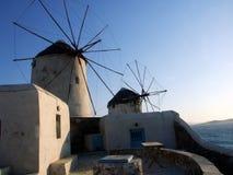 Molinoes de viento en la costa de Grecia imagenes de archivo