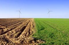 Molinoes de viento en la imagen conceptual del campo. Fotos de archivo libres de regalías