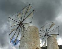 Molinoes de viento en la meseta de Lasithi Imagenes de archivo