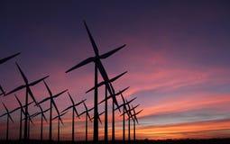 Molinoes de viento en la puesta del sol de la tarde - sustainablilty foto de archivo libre de regalías