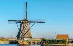 Molinoes de viento en Países Bajos en febrero imagen de archivo