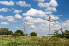 Molinoes de viento en paisaje del verano Imagenes de archivo