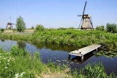 Molinoes de viento en paisaje holandés Imagen de archivo libre de regalías