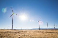 Molinoes de viento en un campo imagen de archivo libre de regalías
