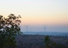 Molinoes de viento en un parque eólico en las colinas - un paisaje indio con paisaje verde en madrugada Fotografía de archivo