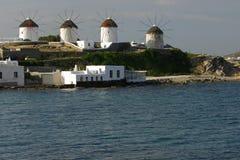 Molinoes de viento en una fila, Mykonos Imagen de archivo