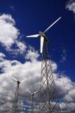 Molinoes de viento - fuente energética alterna. Fotos de archivo