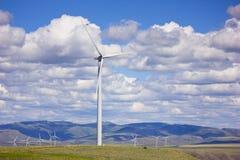 Molinoes de viento gigantes debajo de las nubes Imagen de archivo libre de regalías