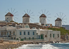 Molinoes de viento griegos en Mykanos Imagen de archivo