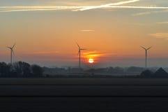 Molinoes de viento holandeses en la salida del sol Imagen de archivo