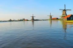 Molinoes de viento holandeses en verano Foto de archivo libre de regalías
