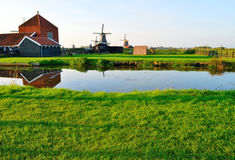 Molinoes de viento holandeses en verano Fotografía de archivo libre de regalías