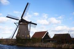 Molinoes de viento holandeses, Holanda, extensiones rurales Molinoes de viento, el símbolo de Holanda Imagenes de archivo