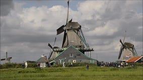 Molinoes de viento holandeses que giran el canal en Zaanse Schans, Holanda almacen de video