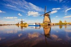 Molinoes de viento holandeses tradicionales del canal Rotterdam holanda Fotos de archivo libres de regalías