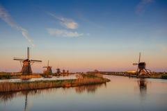 Molinoes de viento holandeses tradicionales del canal Rotterdam holanda Fotos de archivo