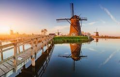 Molinoes de viento holandeses tradicionales del canal Rotterdam holanda Foto de archivo libre de regalías