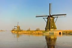 Molinoes de viento holandeses tradicionales en el amanecer fotos de archivo libres de regalías