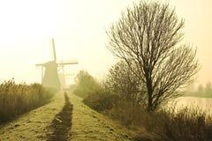 Molinoes de viento holandeses tradicionales en el amanecer imagen de archivo libre de regalías