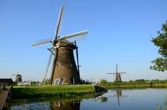 Molinoes de viento holandeses tradicionales en el lugar famoso de Kinderdijk, sitio del patrimonio mundial de la UNESCO netherlan Foto de archivo