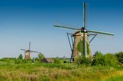 Molinoes de viento holandeses tradicionales en el lugar famoso de Kinderdijk, sitio del patrimonio mundial de la UNESCO Países Ba Imagenes de archivo